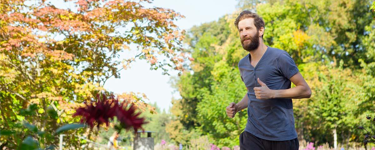Header Mann mit Bart joggend Park